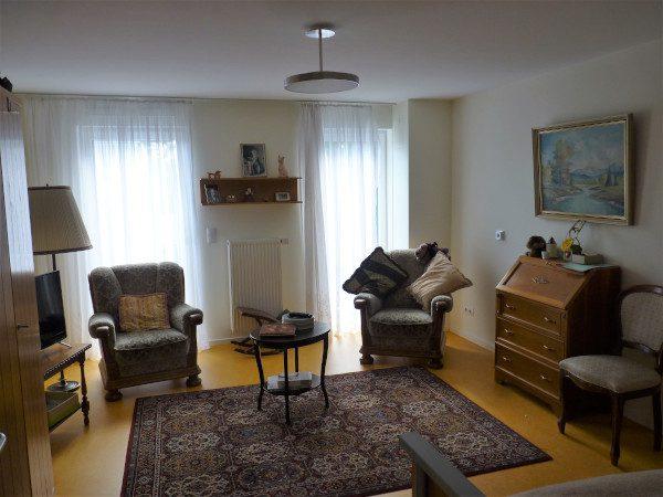 Großzügige Zimmer mit eigenen Möbeln für die Bewohner.